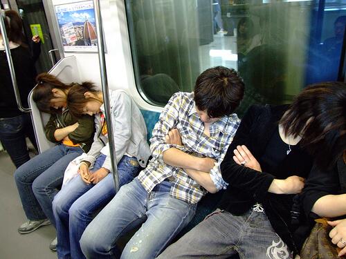 Gente durmiendo en el tren